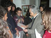 (Foto archivio MIG - Museo Internazionale della Grafica di Castronuovo Sant'Andrea. Kengiro Azuma al MIG per un incontro con gli studenti della scuola media di Castronuovo Sant'Andrea e di Teana del 23 aprile 2013).
